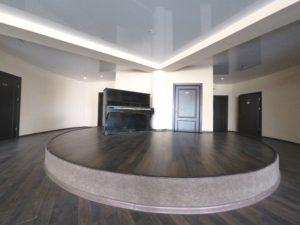 в выставочном зале есть подиум и пианино